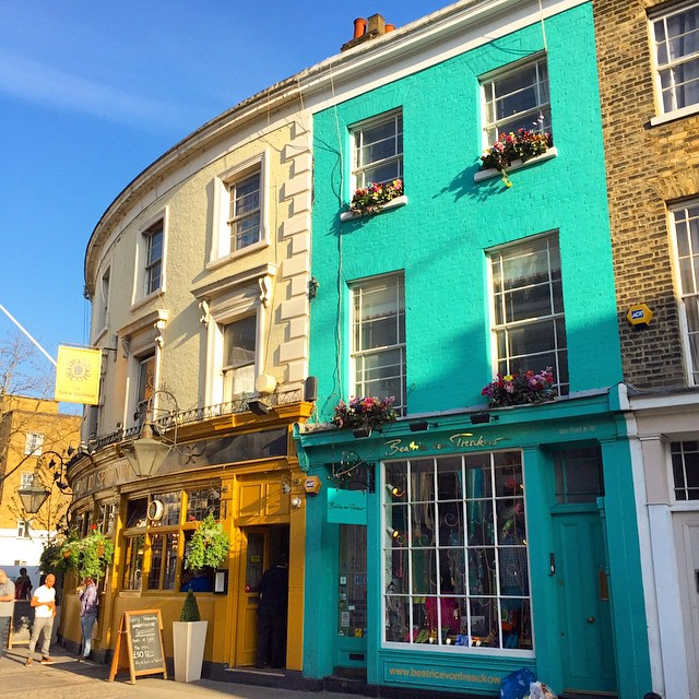 A Portobello Road começa assim...imagina o resto.. This is the very beginning of Portobello Road..imagine the rest..  #floresemnottinghill #nottinghill #portobelloroad #portobello #portobellomarket #thisislondon #bestoflondon #ilovelondon #ig_london #igerslondon #150pogo #londontips #london