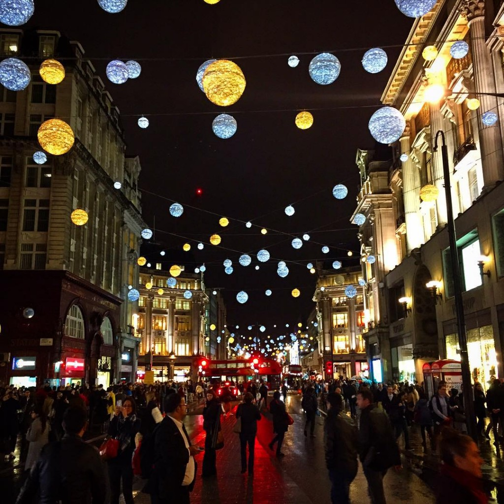 Parece que realmente o Natal chegou! ✨It's official, Xmas is here! #floresemnottinghill #oxfordstreet #oxfordcircus #xmaslights #ilovelondon #thisislondon #MyBritishOlympus #lovegreatbritain #visitlondon #prettycitylondon #londres #london #BALondonCitySecrets #missãoVT