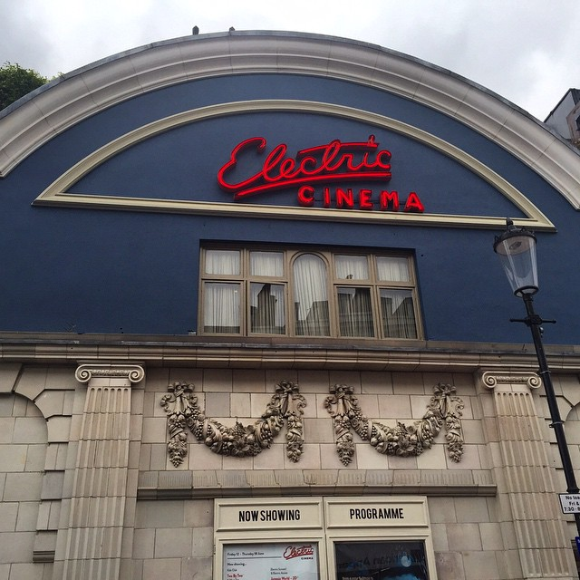 Electric Cinema. O clássico de Notting Hill e meu cinema favorito de todo mundo! Imperdível!  Electric Cinema, a Notting Hill classic and my favourite cinema in the world! # #floresemnottinghill #nottinghill #cinema #electriccinema #bestoflondon #portobelloroad #portobello #sohohouse #ilovelondon #thisislondon #weekend #london