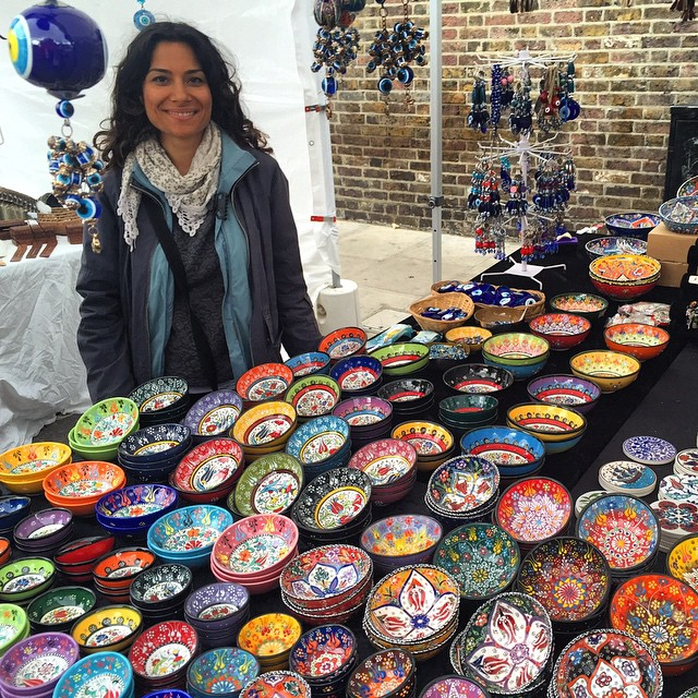 Muita lindeza junto! A arte e a artista Ayben. O difícil foi escolher um, então comprei vários.. So beautiful! The art and the artist Ayben. Hard to pick one, then I bought some.. #floresemnottinghill #nottinghill #portobelloroad #portobello #portobellomarket #turkish_thelight @turkish_thelight #beautiful #bestoflondon #150pogo #ilovelondon #london