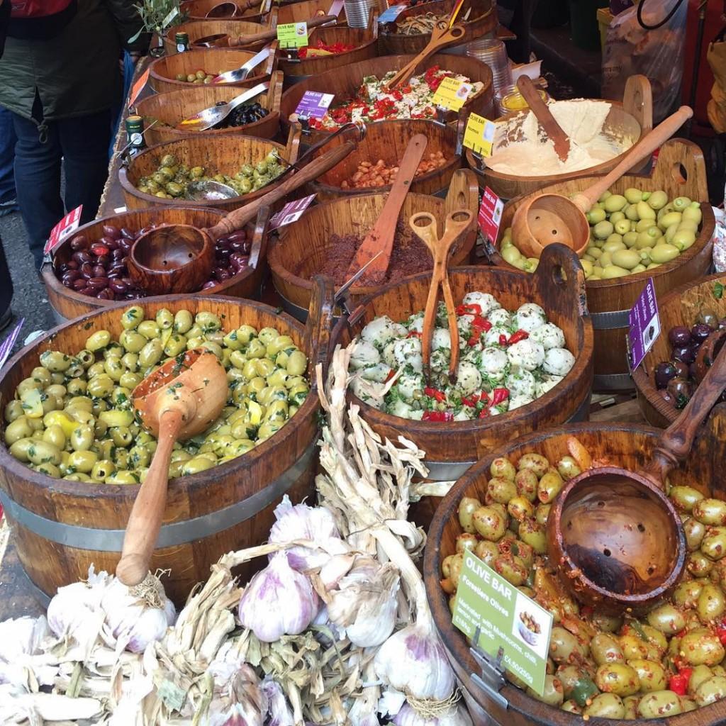 As melhores azeitonas da vida!  The best olives!! #floresemnottinghill #nottinghill #beautiful #thisislondon #ilovelondon #lovegreatbritain #BALondonCitySecrets #londres #london #missãovt #market #portobelloroad #portobellomarket #pogo150 #olives
